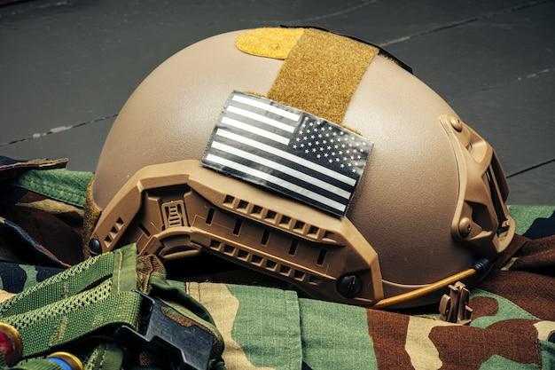 木製の背景に米軍ヘルメットをクローズアップ