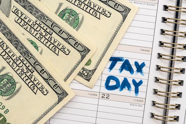 세금 양식이 있는 돈입니다. 세금 개념