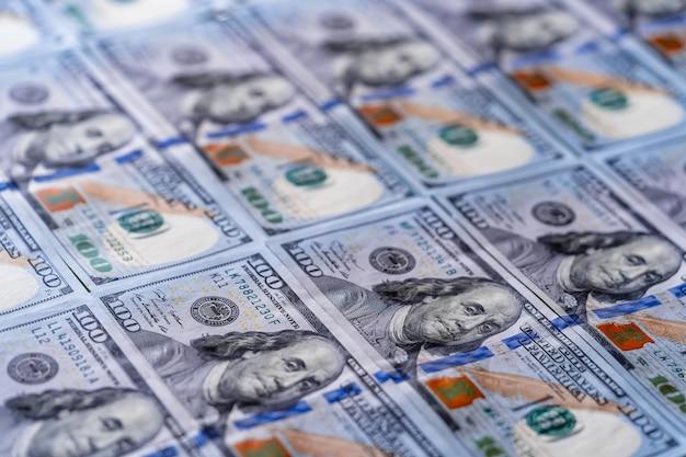 미국 달러. 선택적 포커스가 있는 매크로 이미지입니다. 배경으로 백 달러 지폐입니다.
