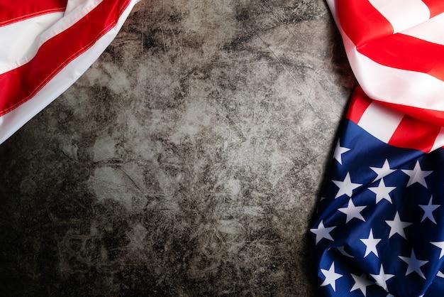 Флаг сша, флаг америки на черном фоне с копией пространства