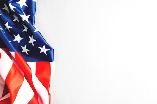 Флаг сша, флаг америки на сером фоне с копией пространства