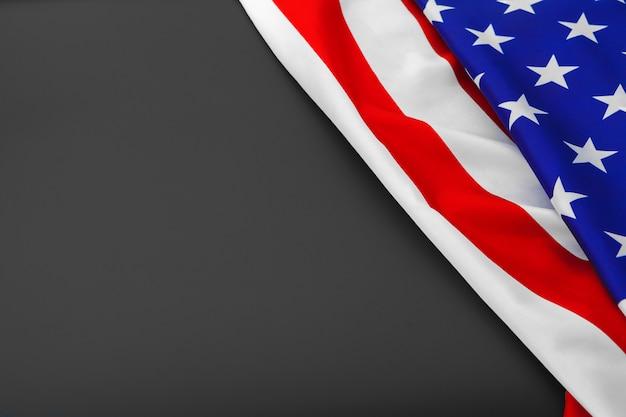 アメリカ国旗。アメリカの国旗。アメリカの国旗が風を吹きます。閉じる。スタジオ撮影