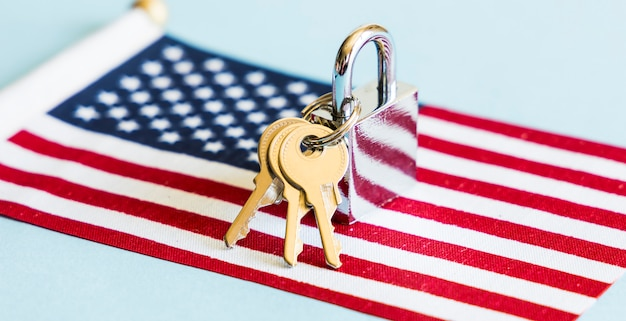 アメリカの国旗と鍵付き南京錠