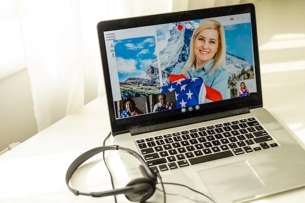 노트북으로 미국 국기와 비디오, 화상 회의.