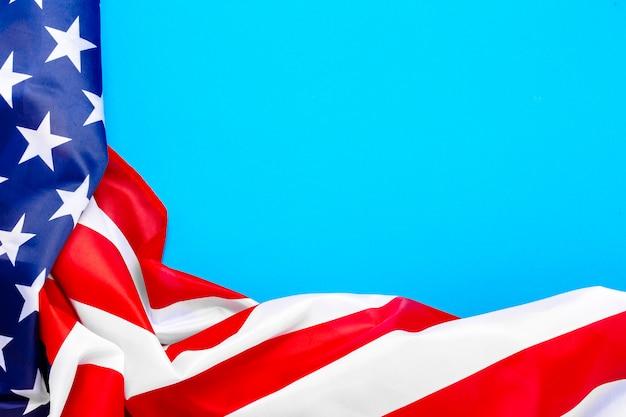 Флаг сша на синем пространстве. соединенные штаты. концепция день памяти, день независимости, 4 июля. плоская планировка, вид сверху.