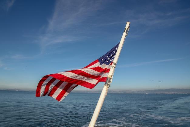 샌프란시스코에서 바다에 미국 국기