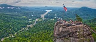 崖の風景の上に米国の旗