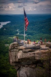 崖の上に米国の旗
