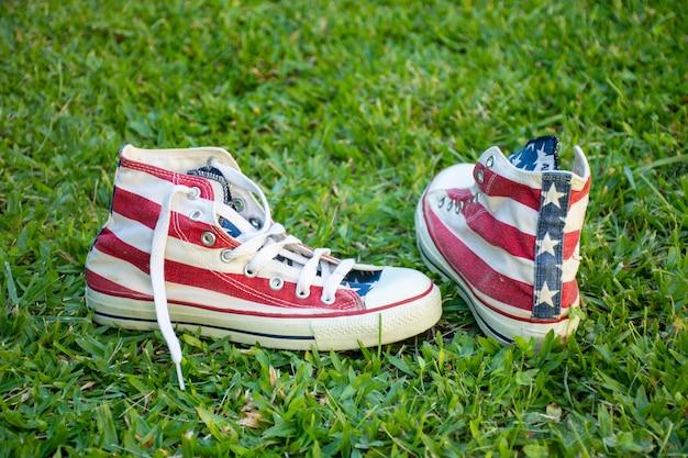 草の上の米国旗スニーカー