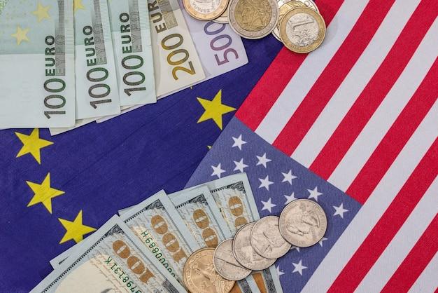ドル紙幣と硬貨が付いている米国旗。大きい