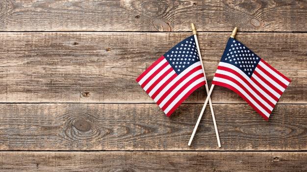 나무 배경에 미국 국기