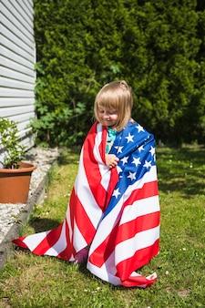 Concetto di festa dell'indipendenza degli stati uniti con la ragazza