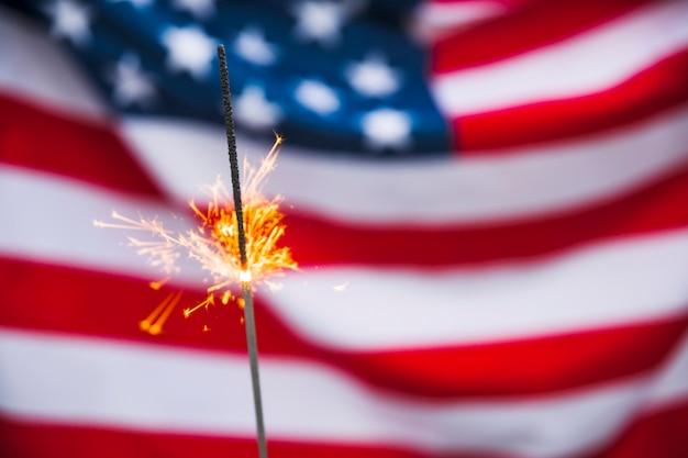 Concetto di festa dell'indipendenza degli stati uniti con lo sparkler