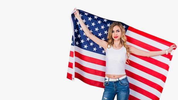 Концепция независимости сша с женщиной, показывающей флаг