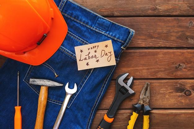 アメリカ労働者の日のコンセプトです。レンチ、便利なツール、クラフトタグのさまざまな種類。