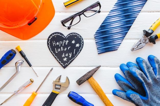 アメリカ労働者の日のコンセプトです。レンチ、便利なツール、タグの種類。