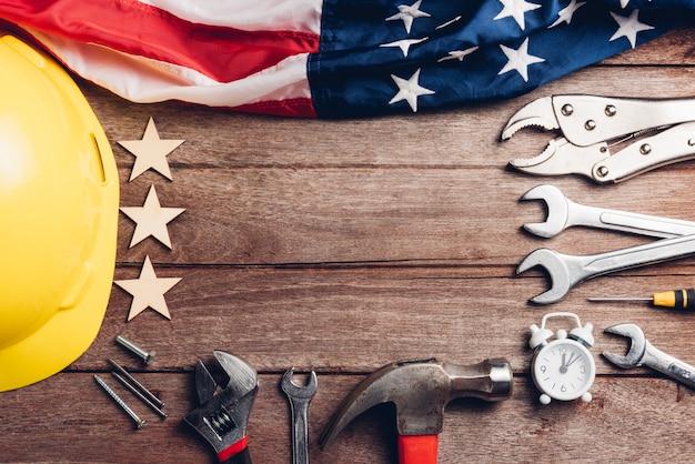 Концепция дня труда сша вид сверху плоская кладка разных видов гаечных ключей с американским флагом