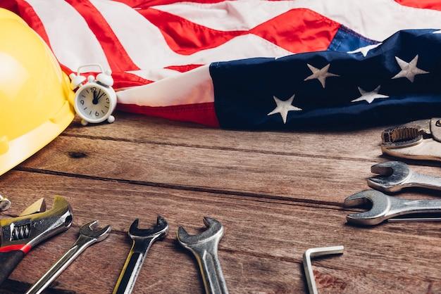 Концепция дня труда сша вид сверху на разные виды гаечных ключей с американским флагом на деревянном столе