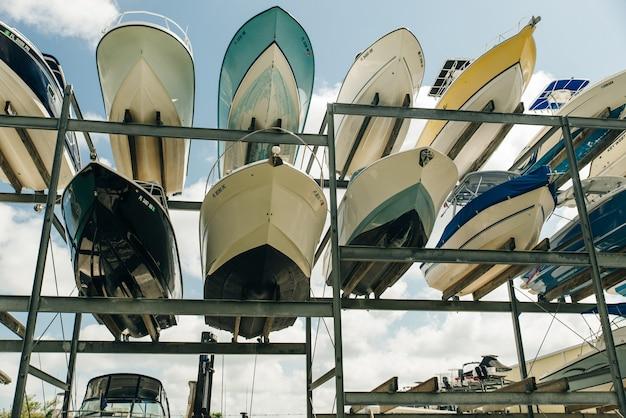 米国、マイアミ-2020年12月スピードモーターボートは、マイアミの有名な港のガレージシステムにホチキス止めされています