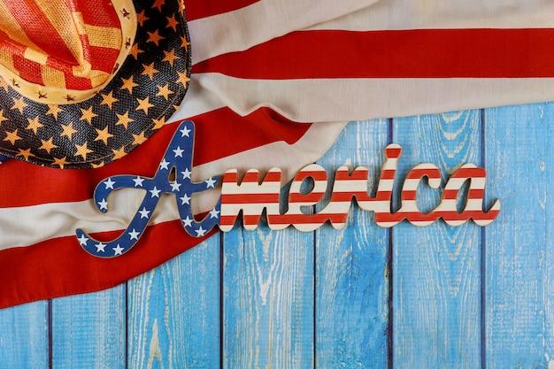 アメリカの祝日記念日木製の背景にアメリカの国旗アメリカのサイン装飾文字