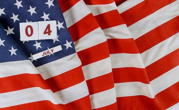 アメリカの国民の祝日記念日木製の背景にアメリカの国旗