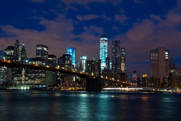 米国。ニューヨーク。マンハッタンとブルックリン橋の高層ビル。夜