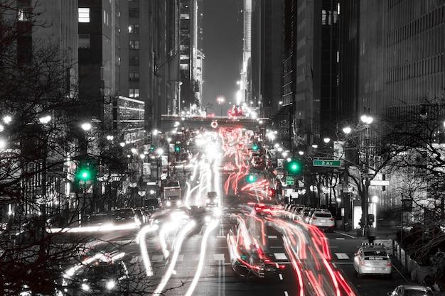 미국. 밤 뉴욕. 42번가와 2번가 교차로 교통 흑백
