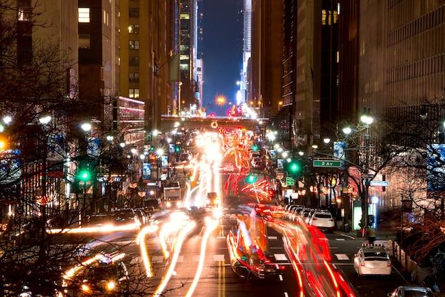 미국. 밤 뉴욕. 42번가와 2번가 교차로 교통