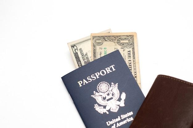 가죽 지갑과 미국 여권 및 미국 달러 지폐 통화.
