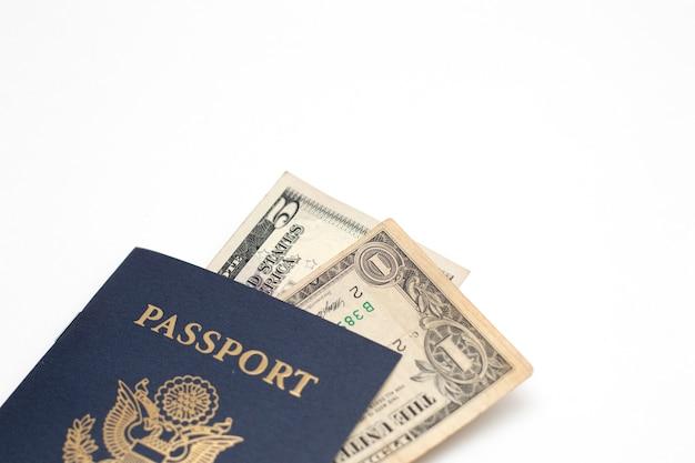 미국 여권 및 미국 달러 지폐 통화,