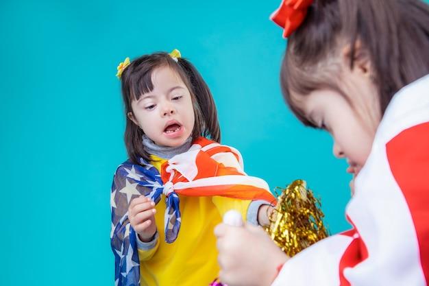 Символы сша. темноволосые любопытные дети с генетическими проблемами с праздничным настроением рассматривают элементы декора