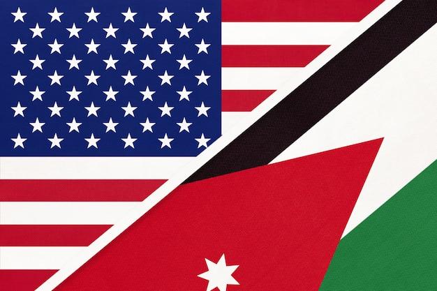繊維からの米国対ヨルダンの国旗。アメリカとアジアの2つの国の関係。
