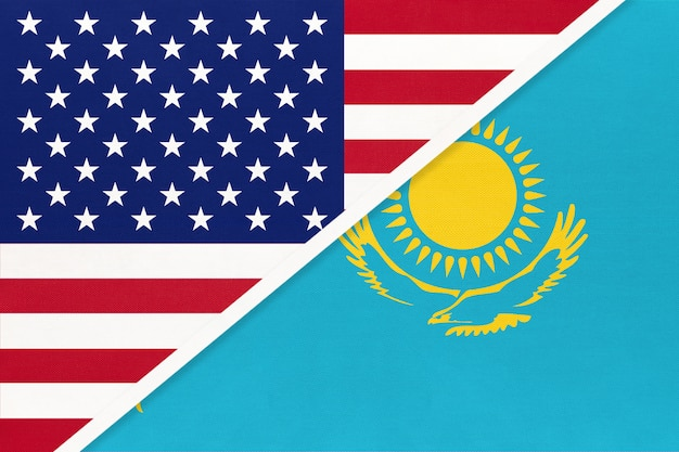 米国対カザフスタン共和国の織物の国旗。アメリカとアジアの2つの国の関係。