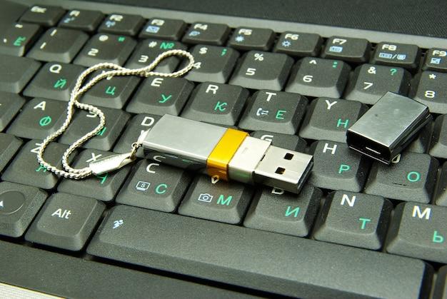 Usb-флешка на клавиатуре