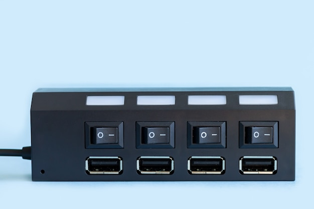 컴퓨터 포트 클로즈업에 여러 Usb 장치를위한 Usb 허브 프리미엄 사진