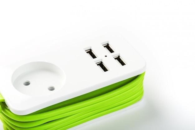 Usbパワーストリップガジェットや電子機器を充電するための緑色の電源コード。