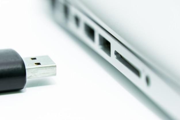 Черный usb подключен к порту usb на компьютерном ноутбуке для копирования и передачи данных