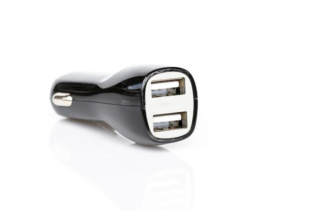白で隔離される黒のusb車の充電器のイメージ