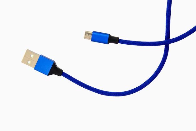 白で隔離されるスマートフォン用の青いusbケーブル