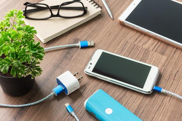 Смартфон с usb-кабелем и адаптером на столе
