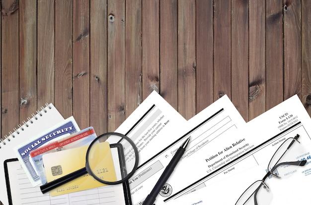 Uscis форма i-130 петиция для иностранного родственника лежит на плоском офисном столе