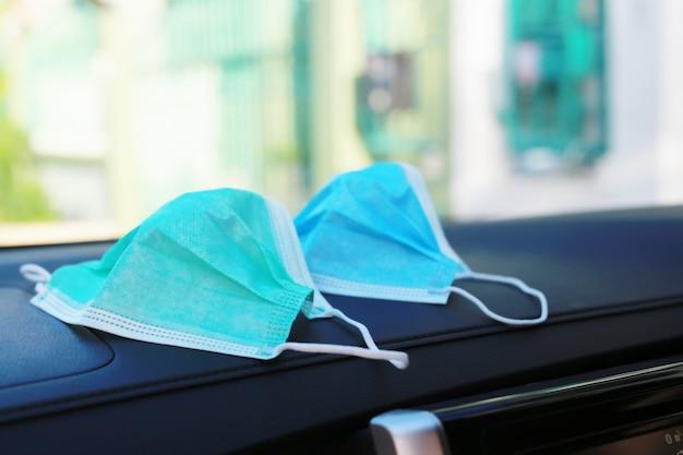 Covid-19を防ぐために、車には青と緑のマスクを使用してください。