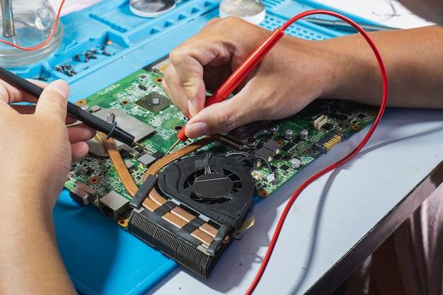 Используйте мультиметр, чтобы проверить устройство на наличие дефектов, а затем исправить его.
