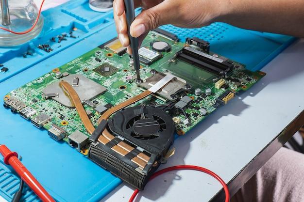 С помощью отвертки снимите радиатор материнской платы для ремонта.