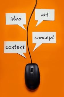 Используйте проводную мышь с надписью «концепция, идея, искусство, контент». покажи, что все под рукой, нажимай, стреляй вертикально.