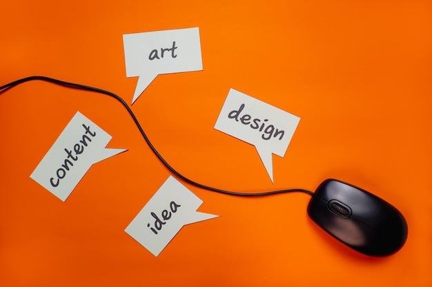 Используйте проводную мышь с текстом «design ideas art content». показывает, что все под рукой.