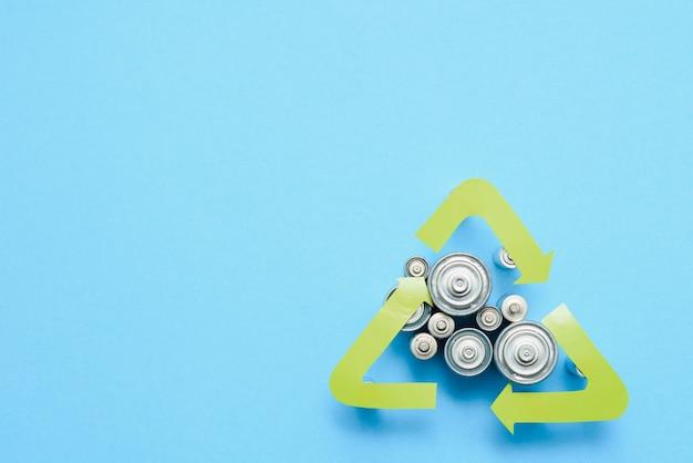 Aaを使用し、緑の背景に対して環境と土壌に有毒な電池を適切に廃棄します