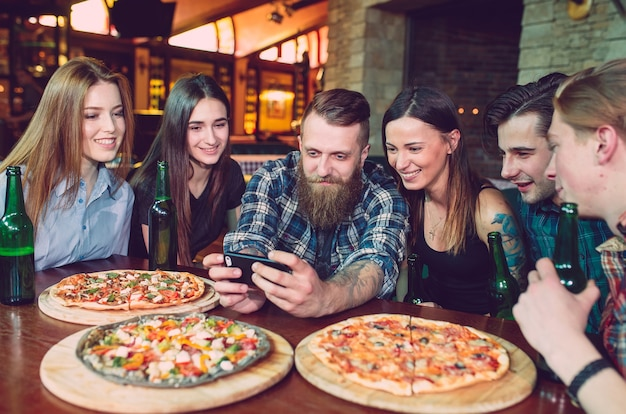 携帯電話のselfie写真グループの友人を使用する