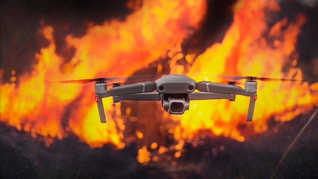 森林火災の偵察やその他の極端な状況でのドローンの使用。コンセプト。