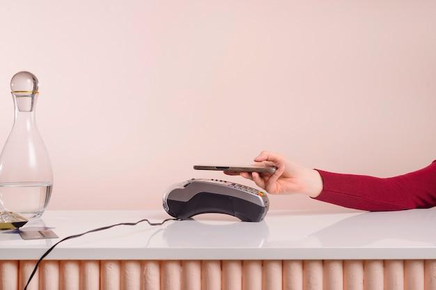 스마트 폰을 이용하여 전자 리더기로 모바일 결제하세요. 근거리 무선 통신으로 결제하는 고객